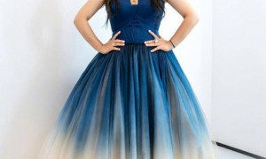 """何洁新造型""""火""""了,一袭蓝色渐变礼服穿成特大号,未修图很真实"""