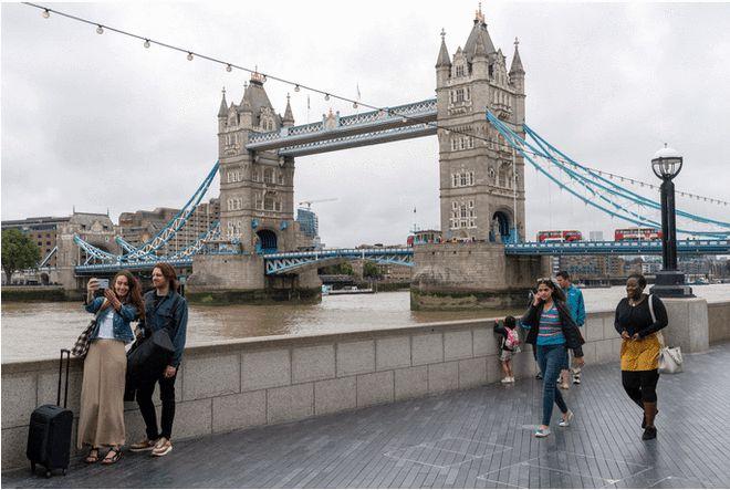 """直击赴英留学一""""签""""难求!英国使馆周末加班处理签证"""