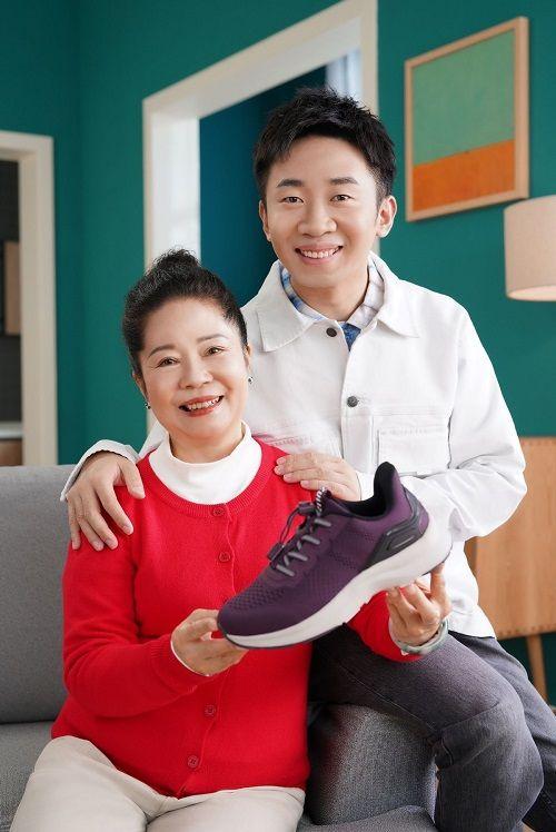杨迪母子牵手足力健老人鞋 共同为老人推荐心仪好物