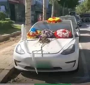 特斯拉回应车主放花圈维权:车主低俗方法滋事